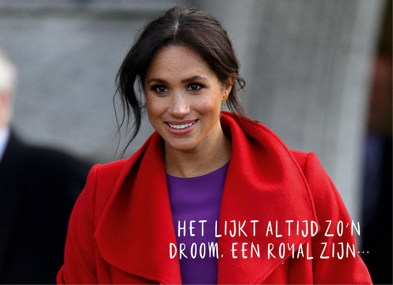 Meghan markle in een rode jas met een paarse trui