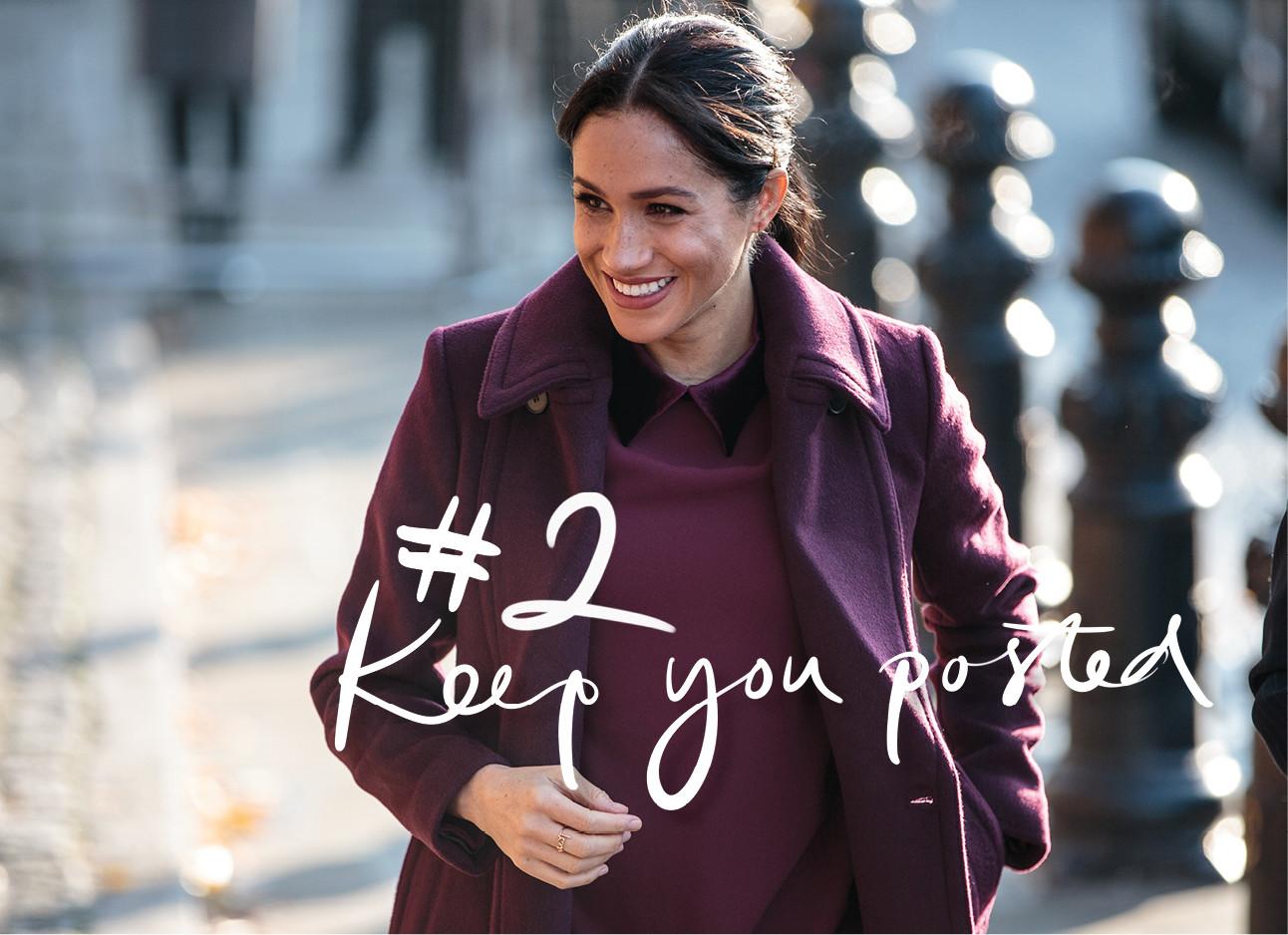 Meghan Markle lachend met bordeaux jas en jurk op straat