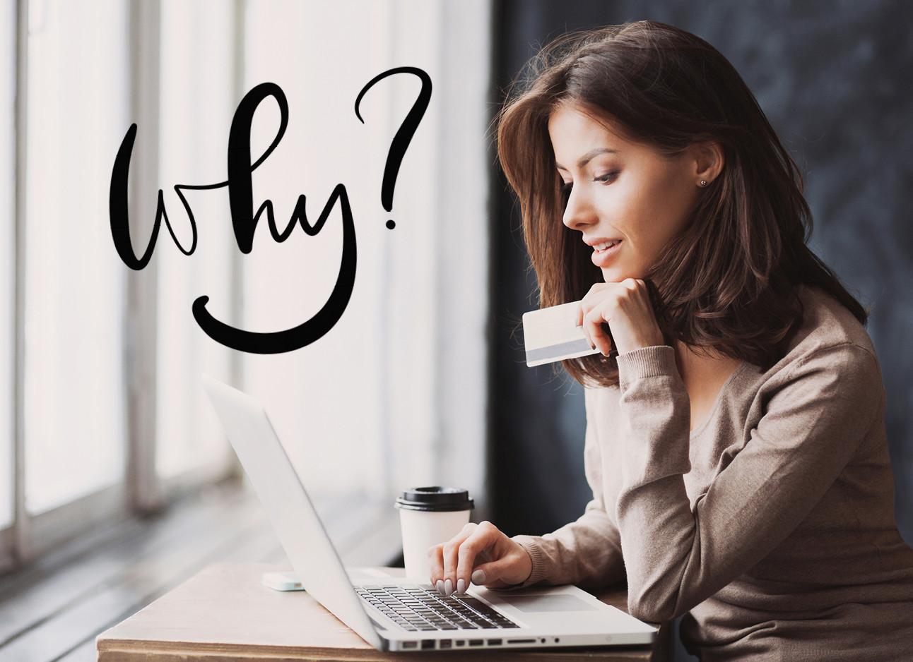 vrouw die online aan het winkelen is