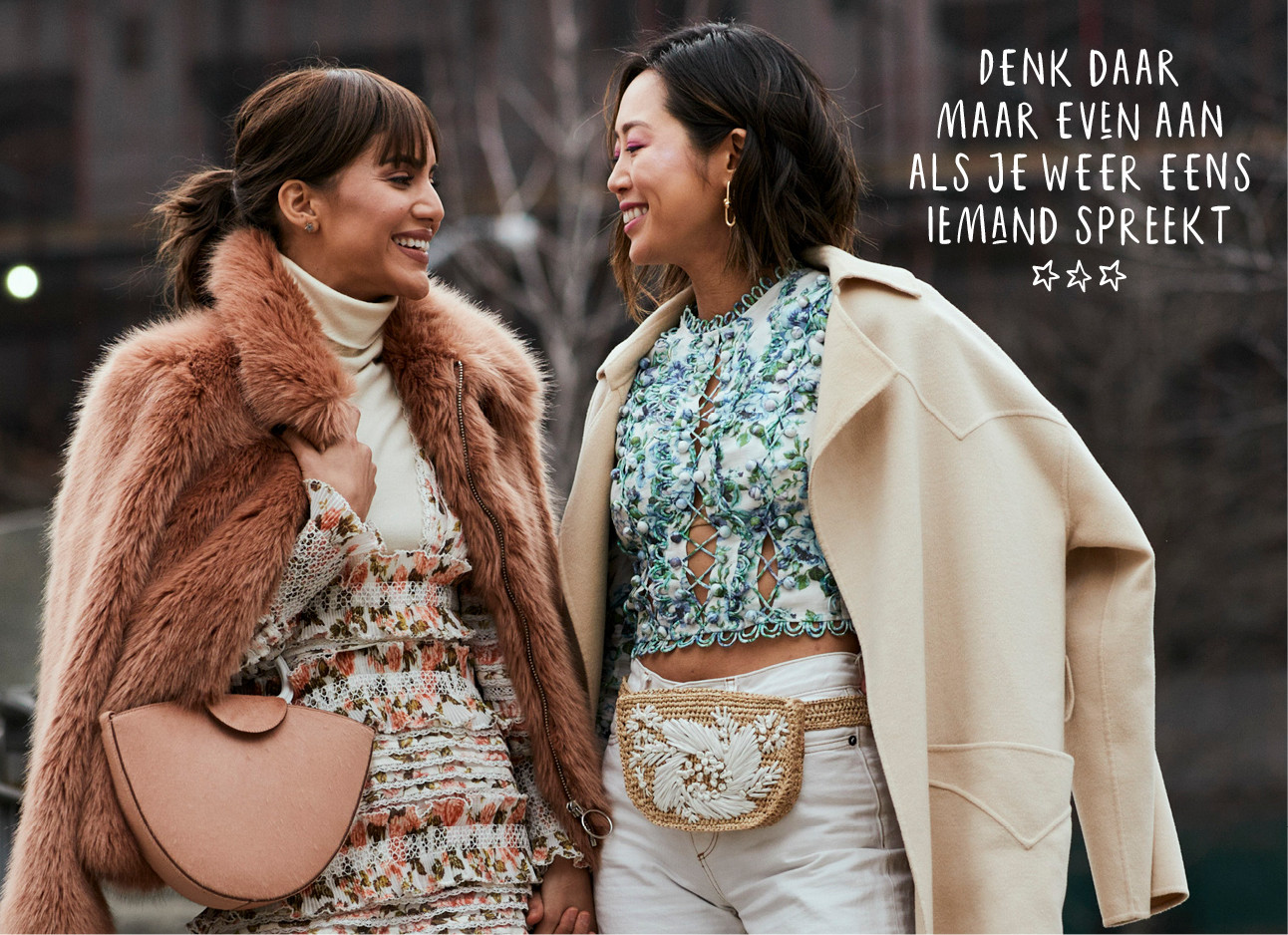 Goedgeklede vrouwen op straat pratend met elkaar