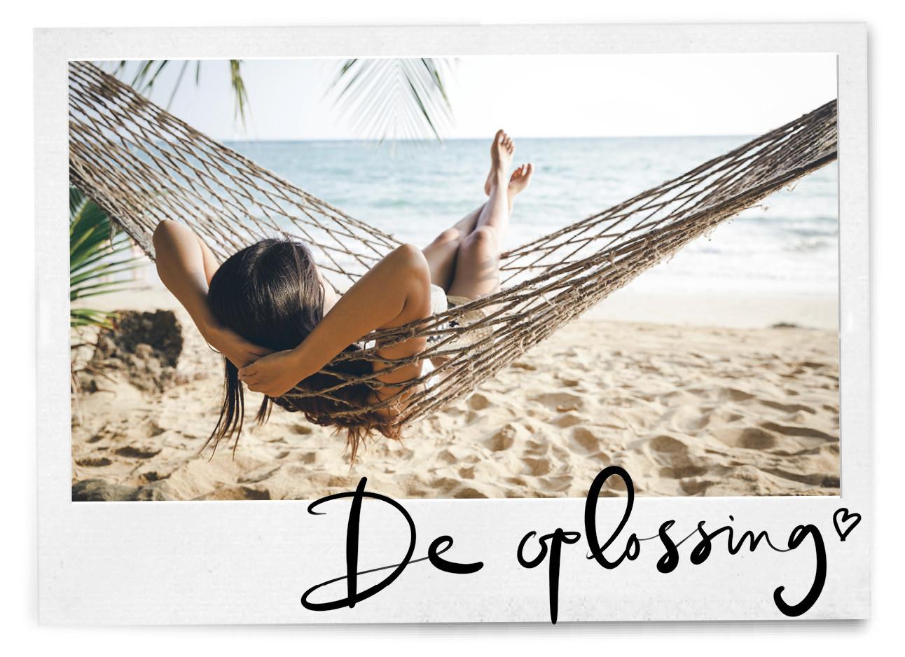 Vrouw in een hangmat op het strand aan het ontspannen