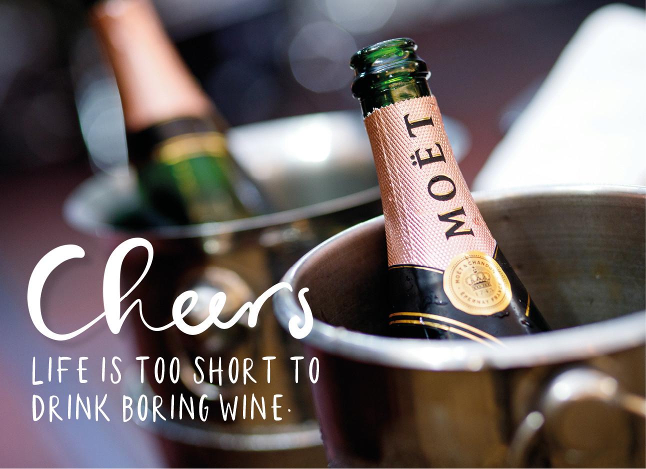 een fles moet die in een wijn koeler staat