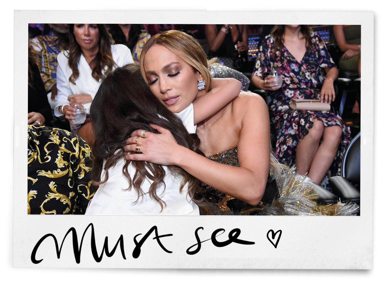 jennifer lopez en dochter geven elkaar een knuffel