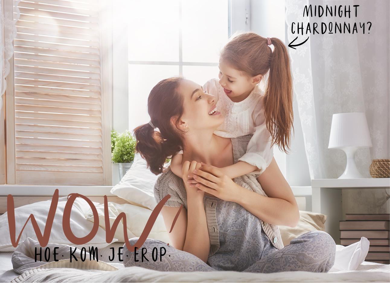 een moeder die samen met haar dochter op bed zit