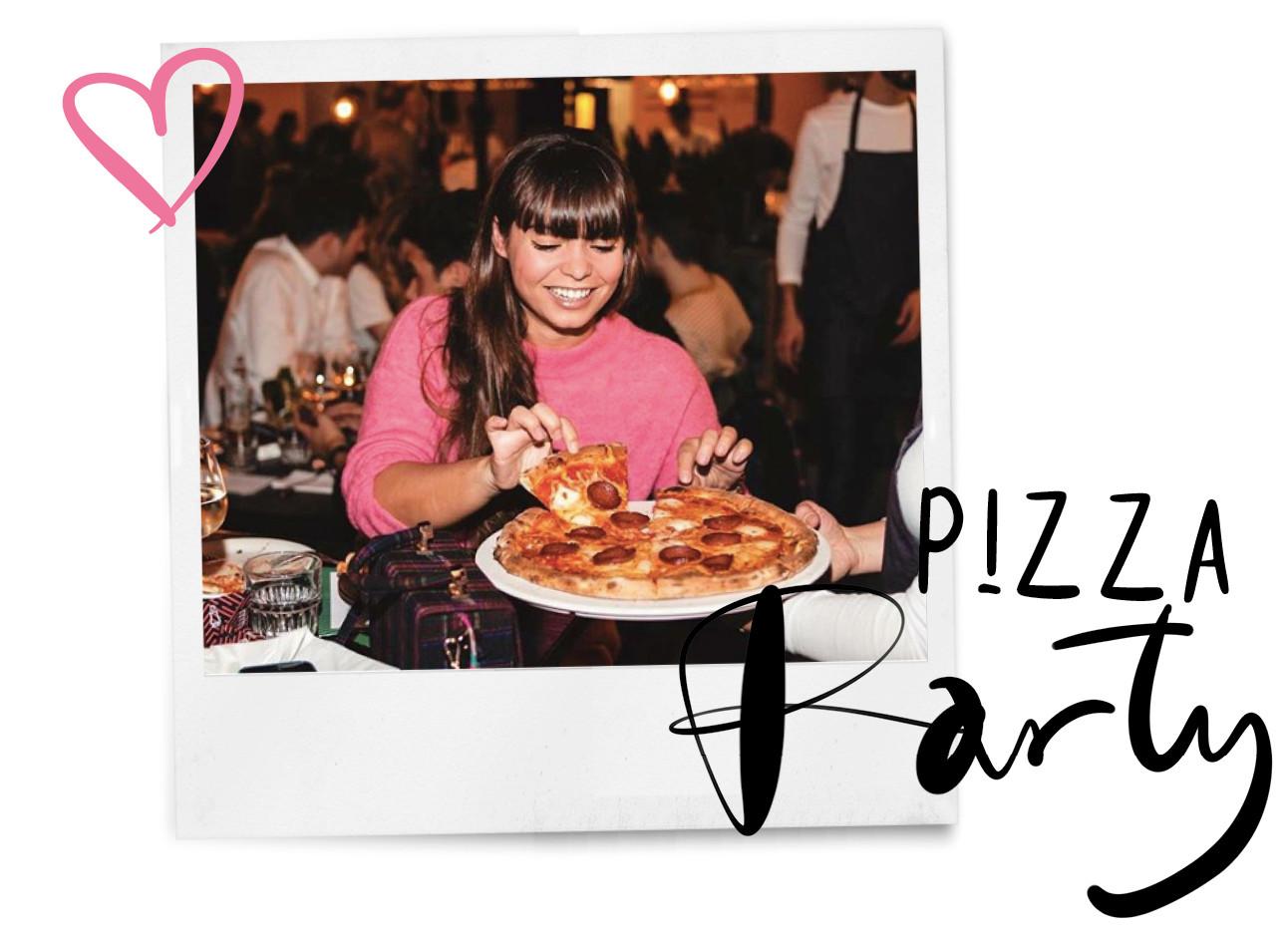 kiki duren eet pizza in een roze trui in een restaurant