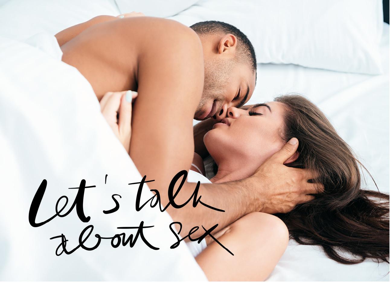 Een koppel samen in bed die aan het zoenen zijn