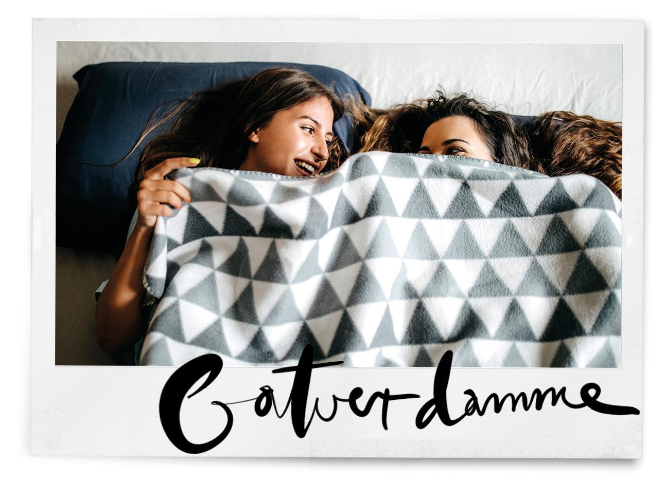 meisjes onder een fleece deken