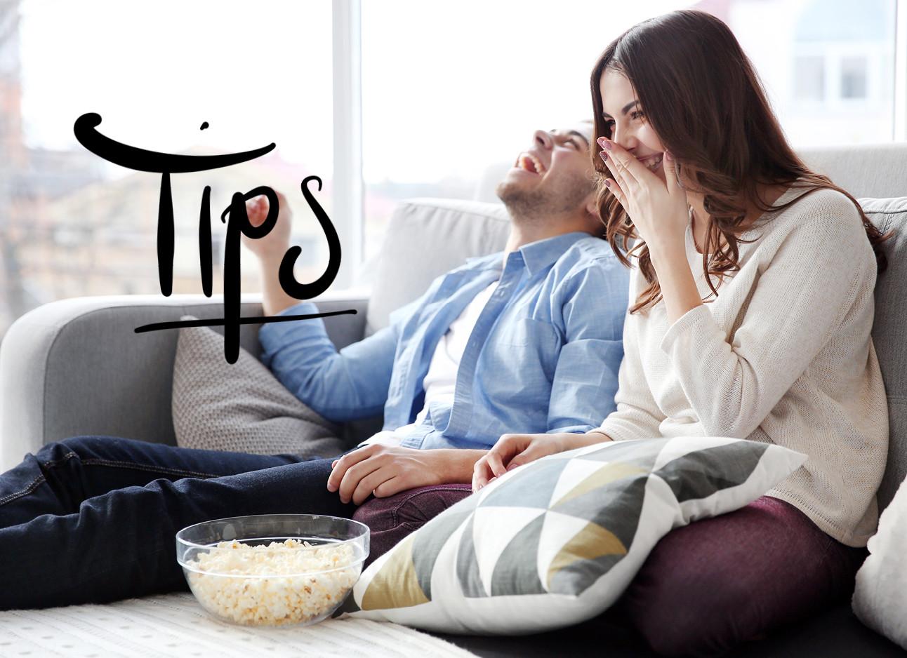 man en vrouw op de bank met popcorn