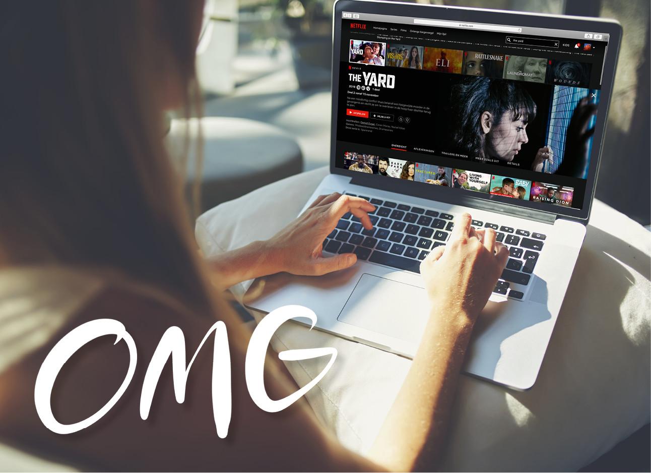 een meisje dat achter haar laptop zit en netflix kijkt