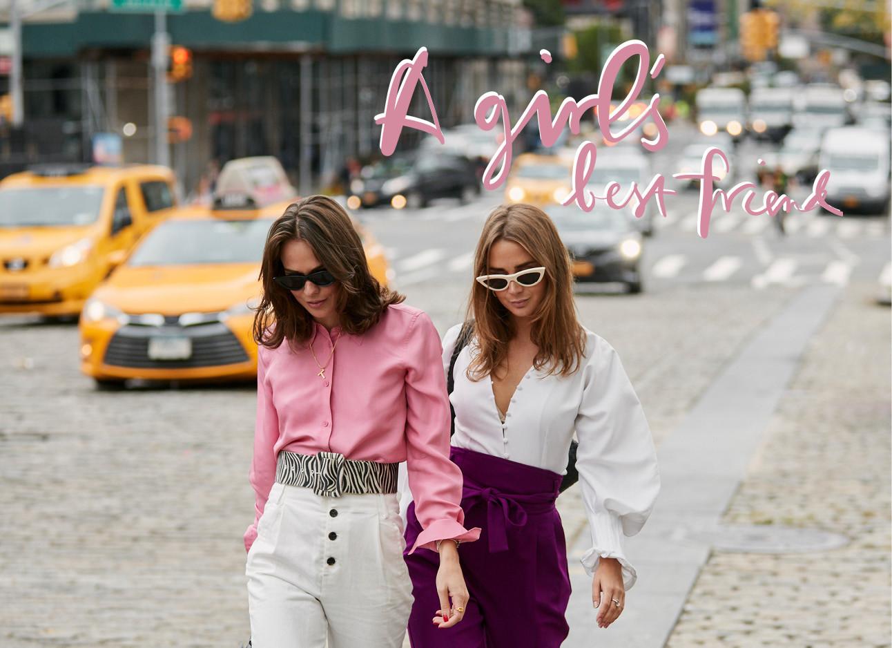 2 meiden die samen op straat lopen in new york