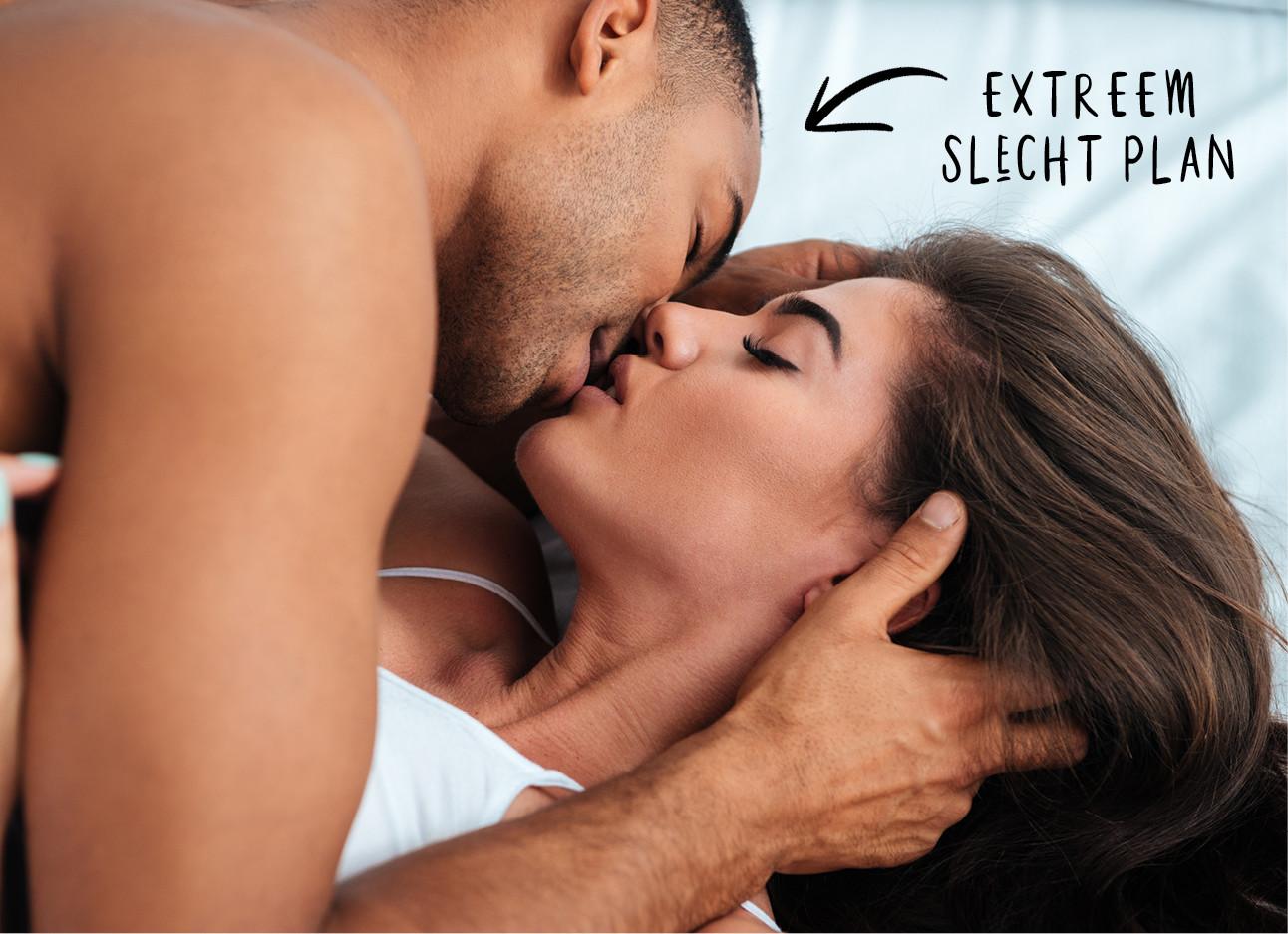 man en vrouw in bed aan het zoenen extreem slecht plan