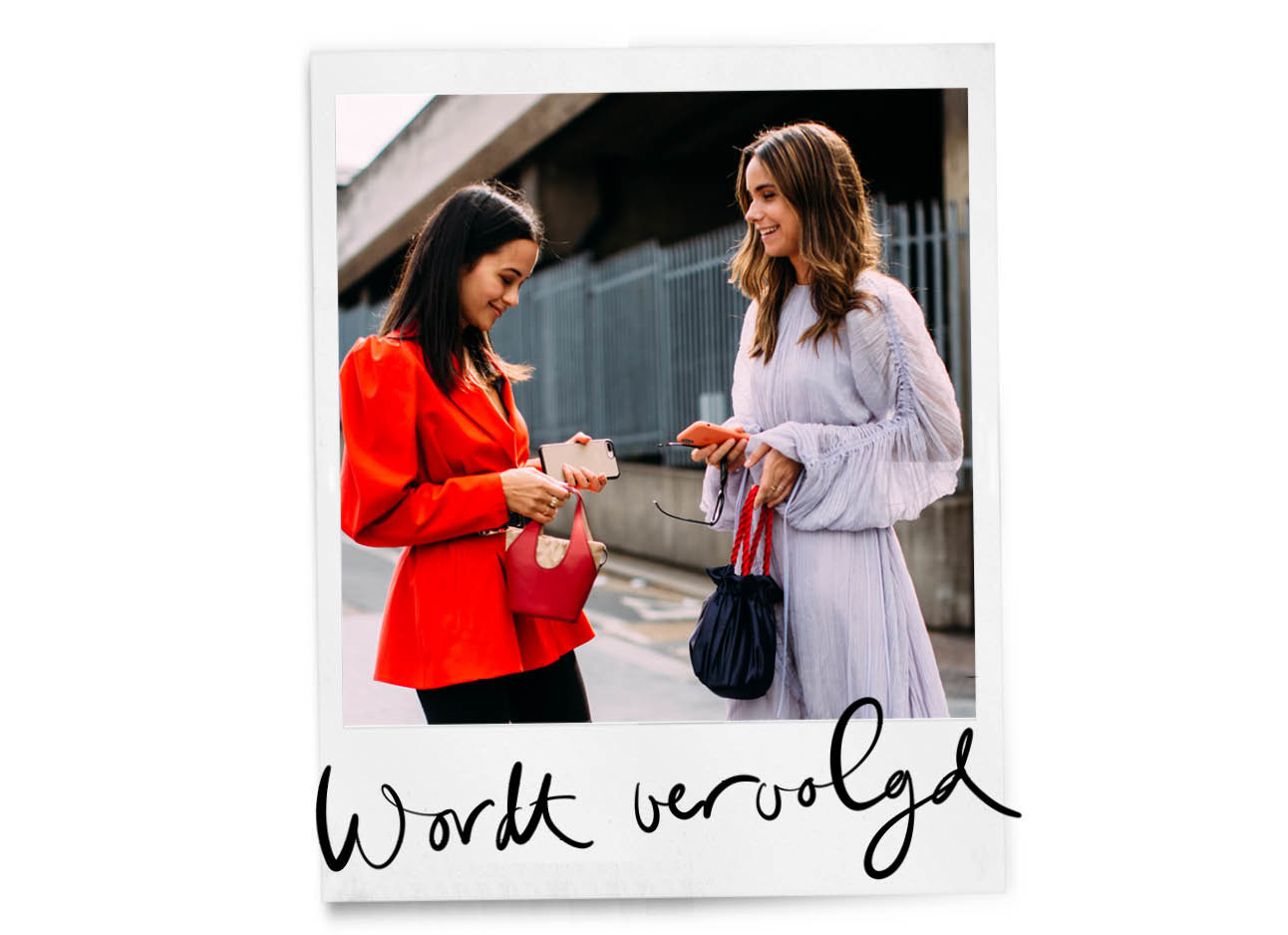 twee vrouwen met telefoon in hun handen