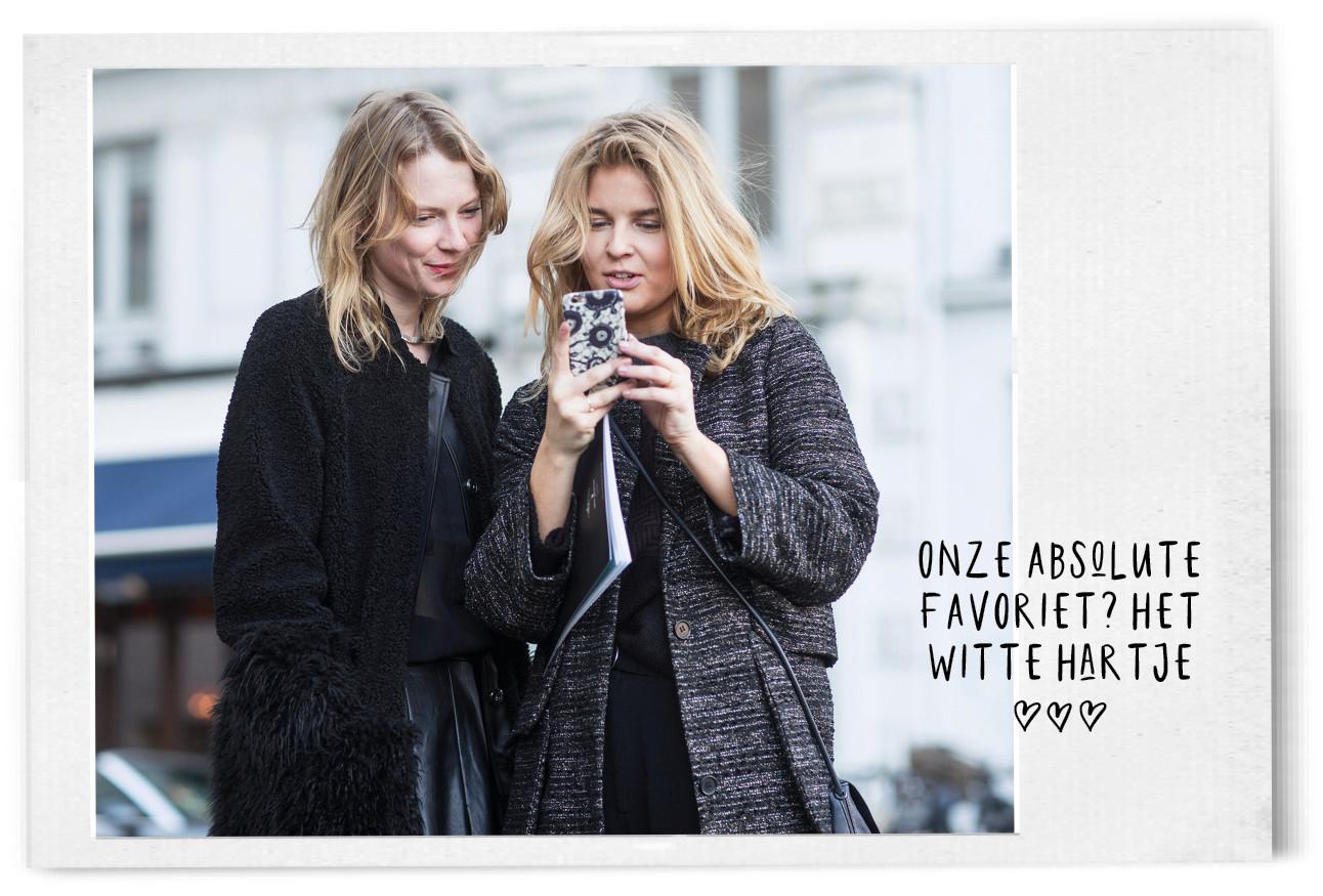 2 vrouwen op straat kijkend naar telefoon