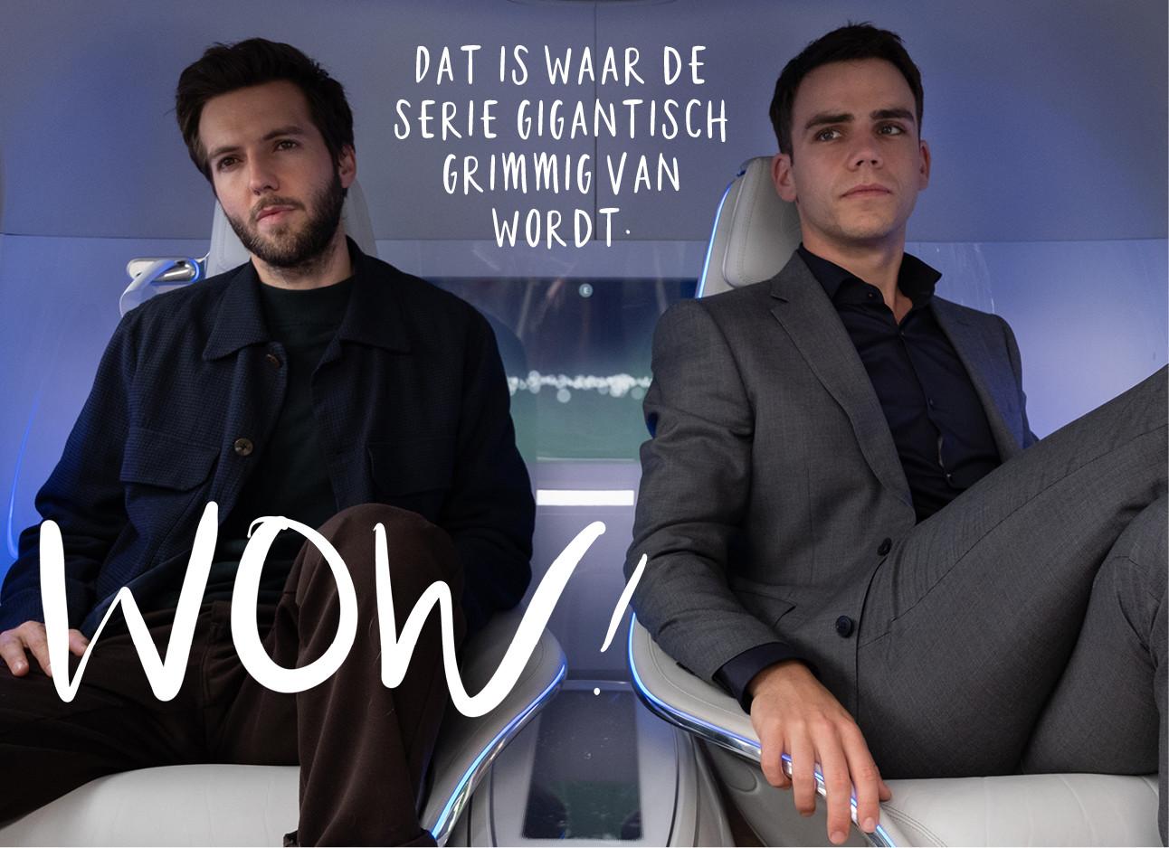 2 heren die in een donker auto zitten, ze dragen beide paken en zitten in witte stoelen