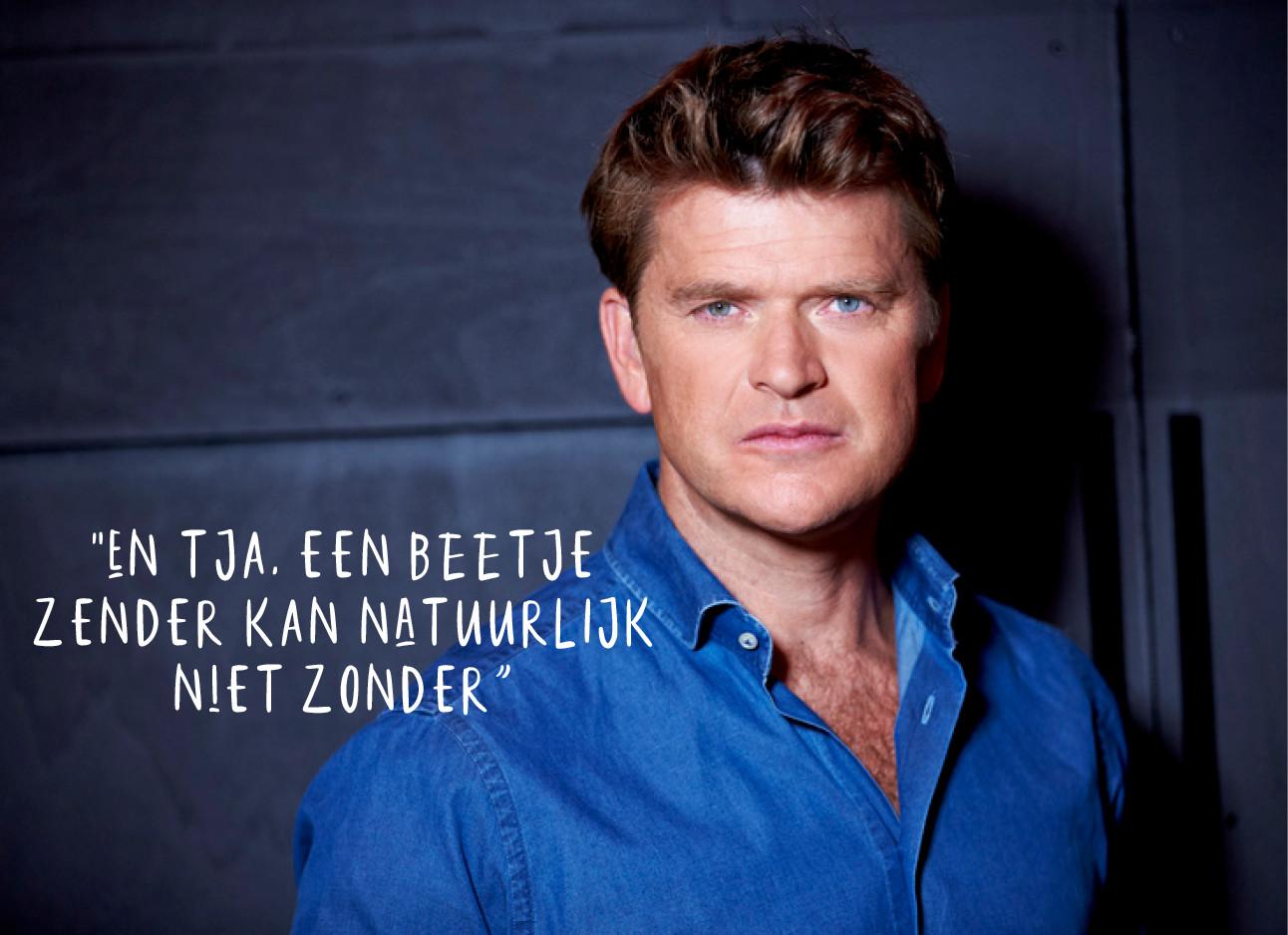 tv personality Beau van Erven Dorens in een blauw overhemd voor een donkere muur