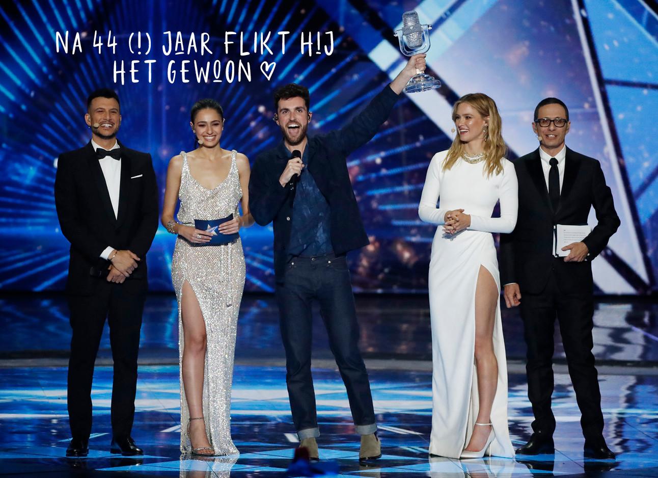 duncan won het eurovisie songfestival na 44 jaar, op het podium met presentators