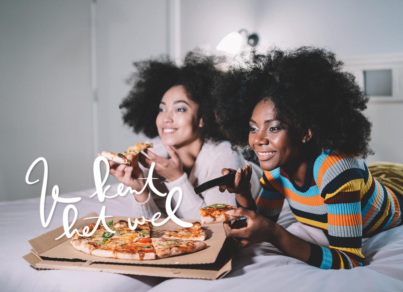 twee vrouwen in bed pizza eten