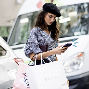 Een meisje op haar telefoon op New York Fashion Week 2018