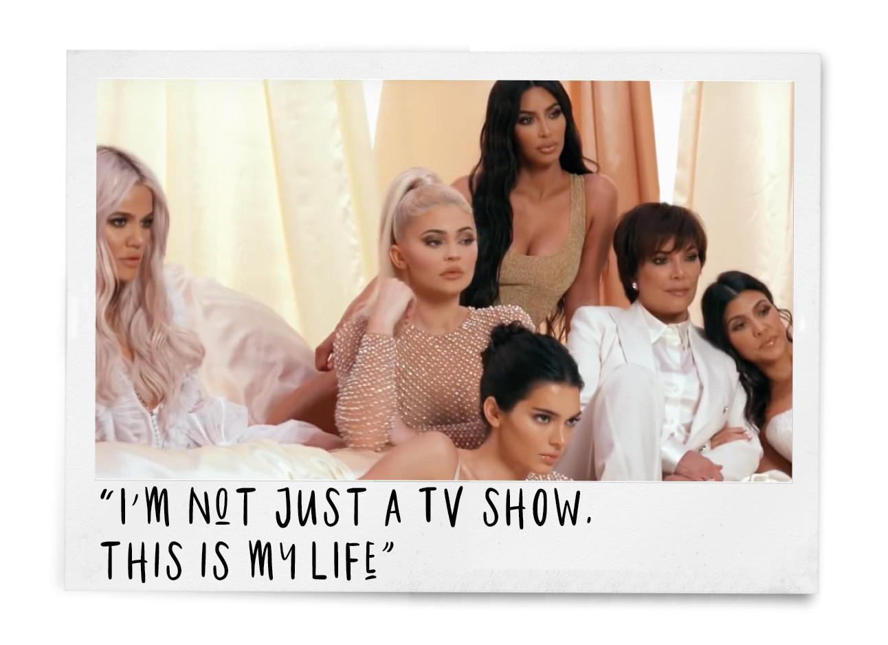 keeping up with the kardashians trailer, khloe kylie kim kendall kriss en kourtney in witte kleding op een bed aan het poseren voor een shoot