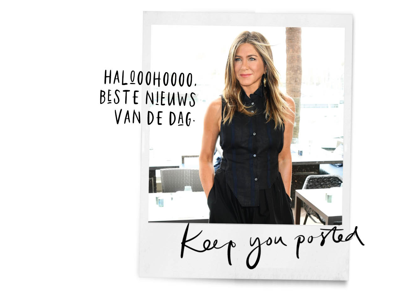 jennifer aniston lachend buiten in een lange rok