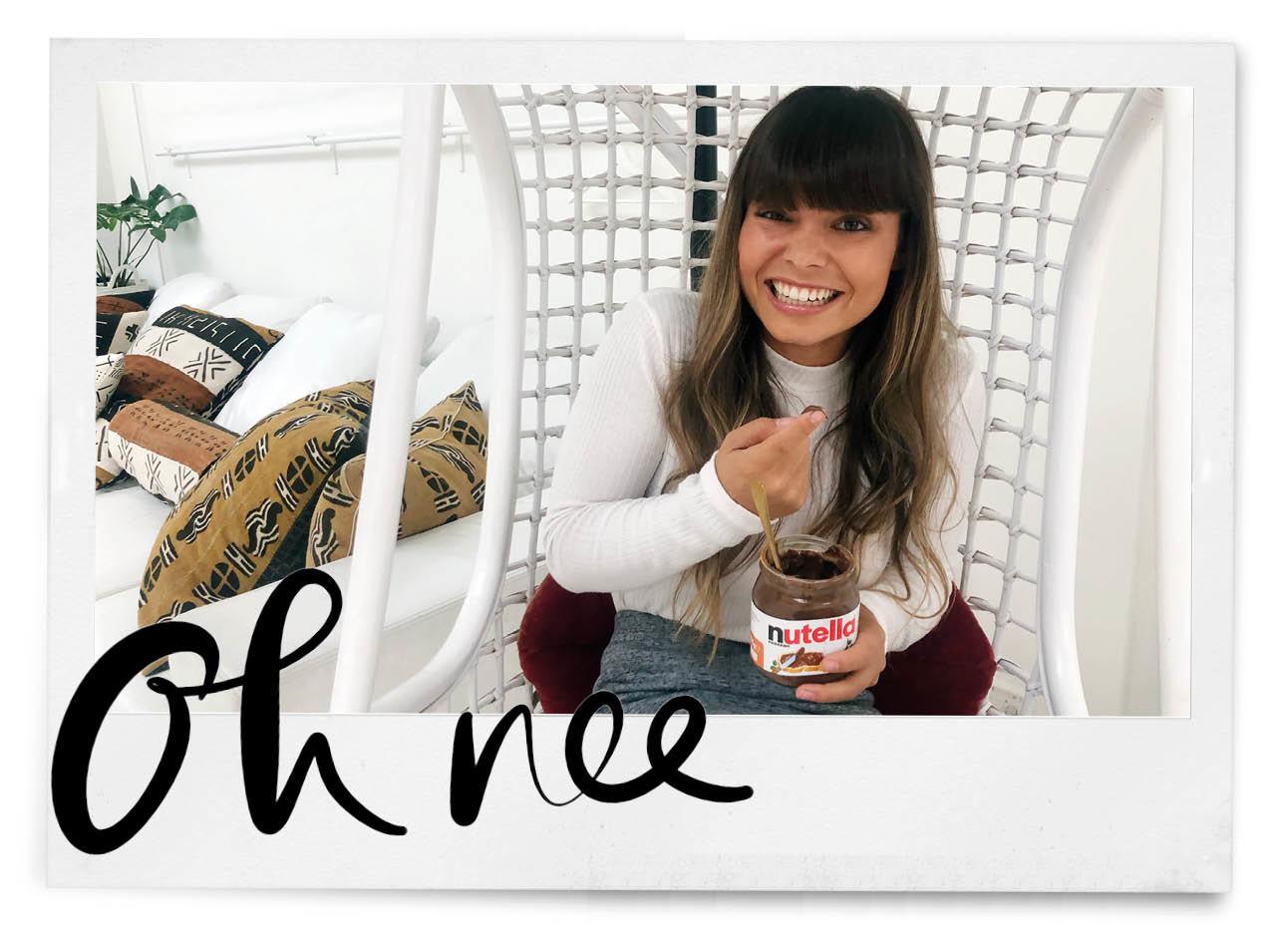 kiki lachend met pot nutella in haar handen