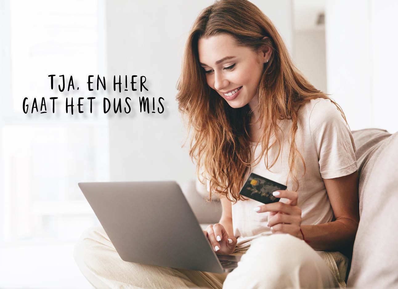 vrouw met een credit card en laptop op de bank