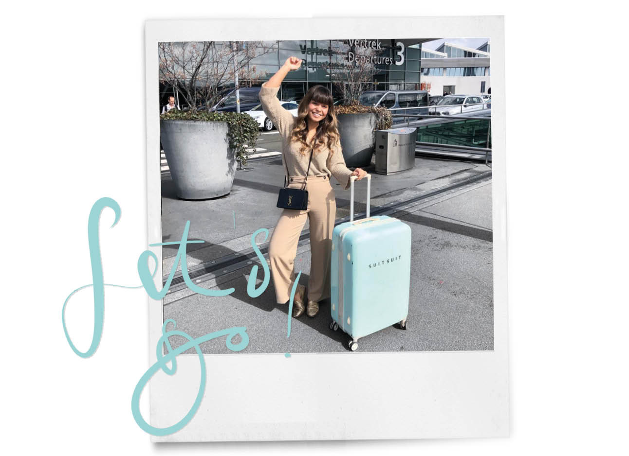 kiki duren lachend met een suitsuit koffer op schiphol