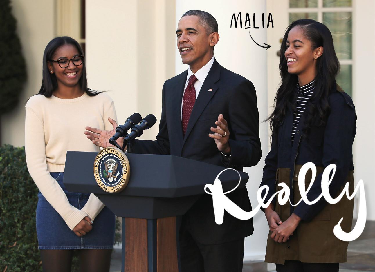 malia obama lachend met haar vader Barack obama op het podium