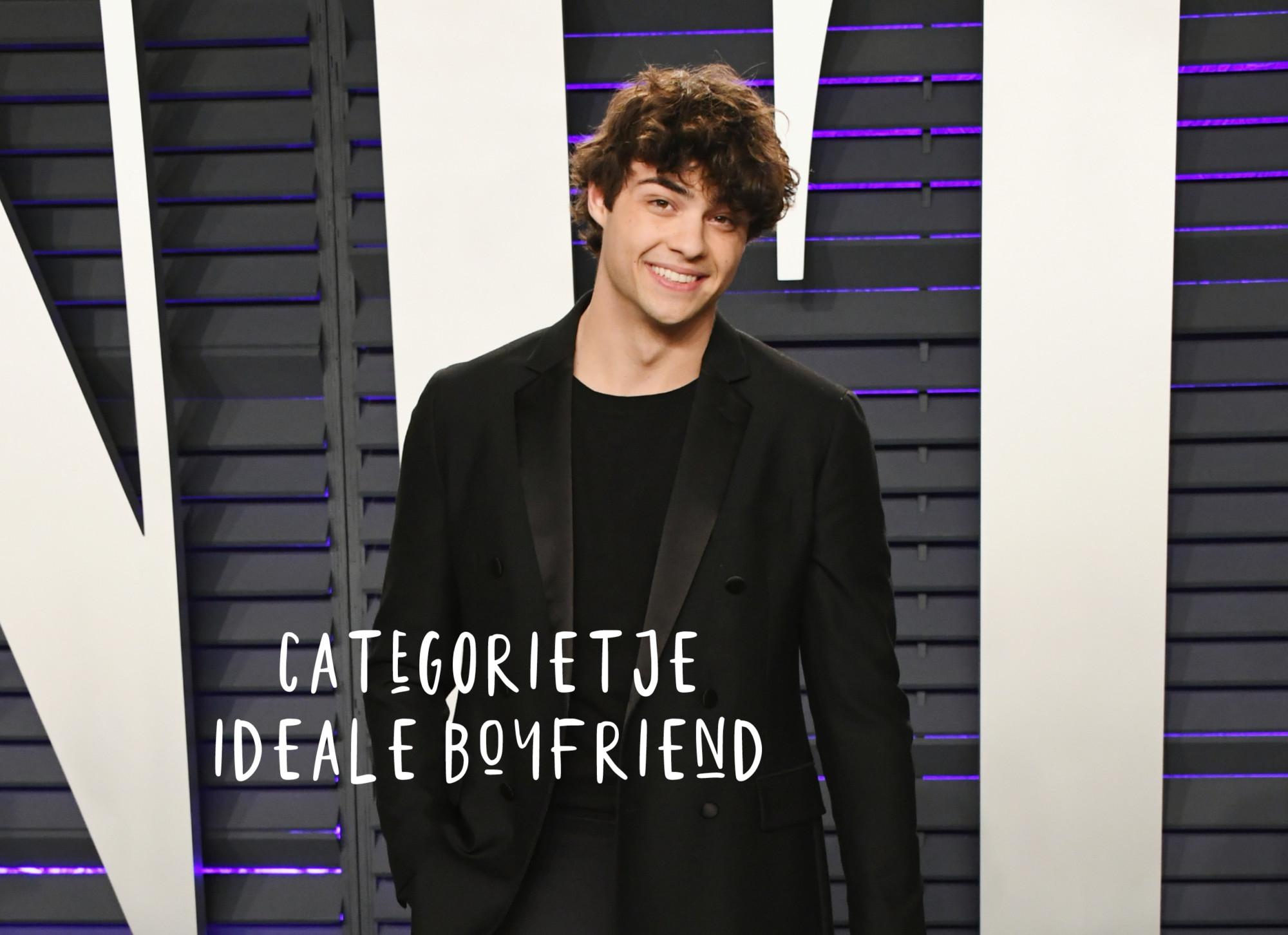 noah centineo in zwart pak met krullen en lacht met tekst categorietje ideale boyfriend