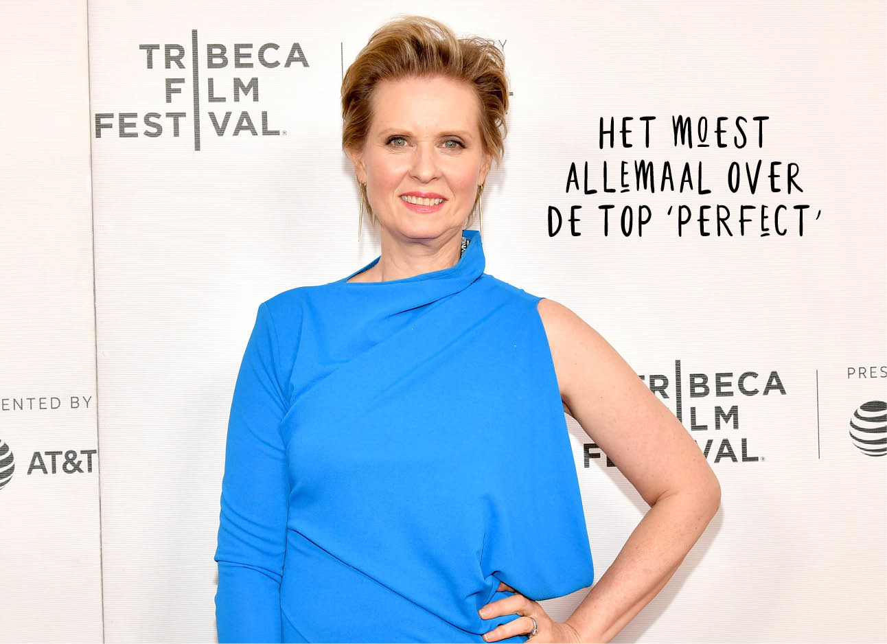 Cynthia Nixon sex and the city op de rode loper in een blauwe jurk lachend