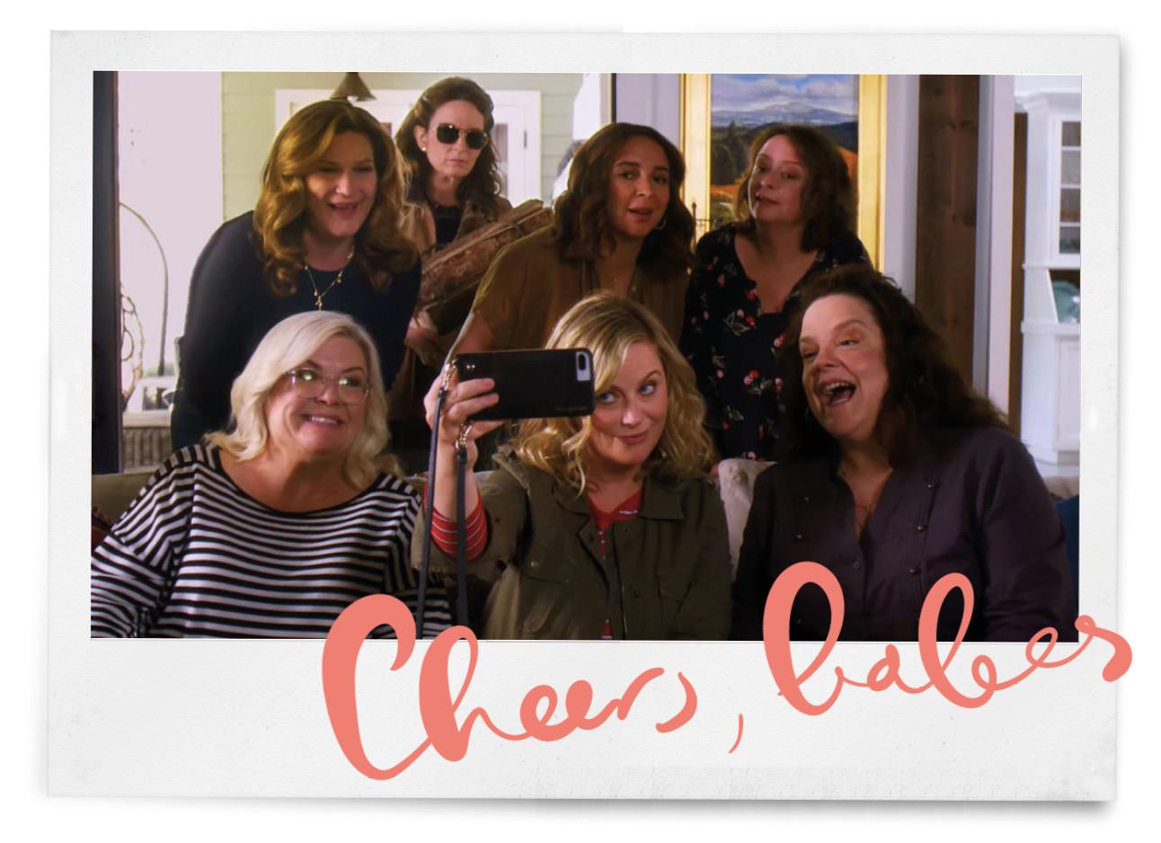 7 vriendinnen in de nieuwe netflix film wine country, maken een selfie, trekken gekke gezichten en drinken wijn