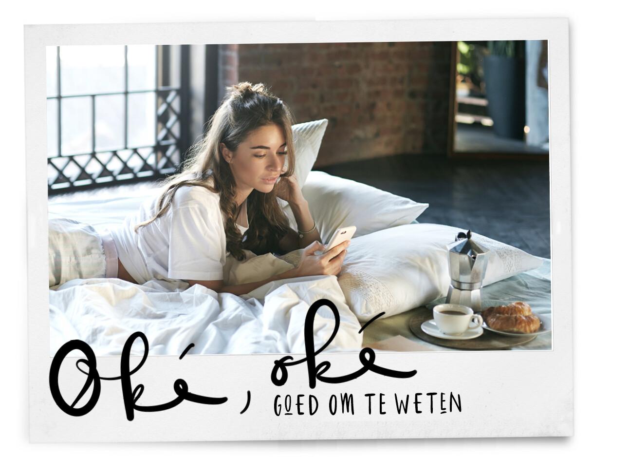vrouw op bed met haar telefoon en koffie