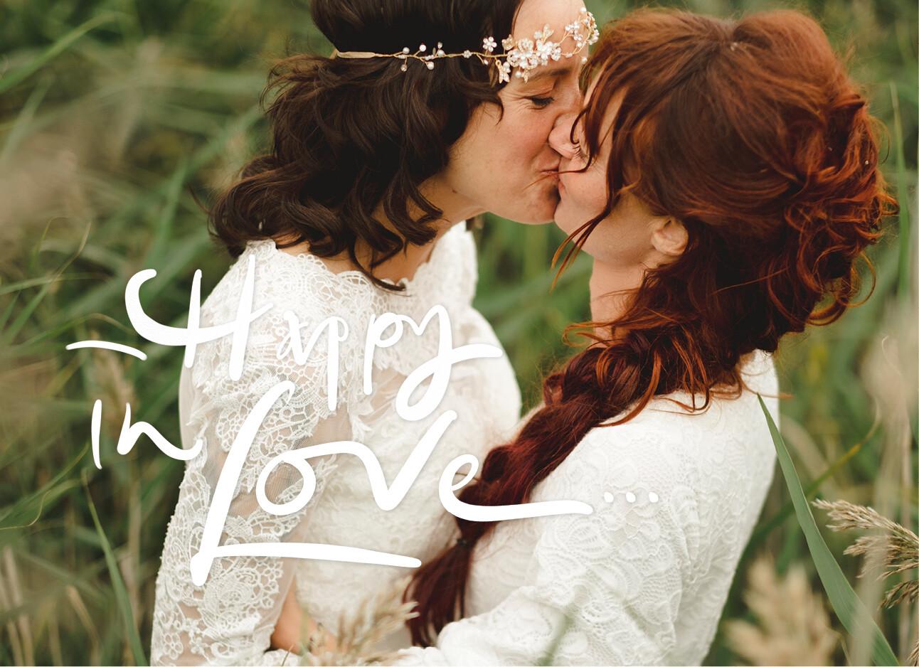 vrouw kussen tijdens hun bruiloft
