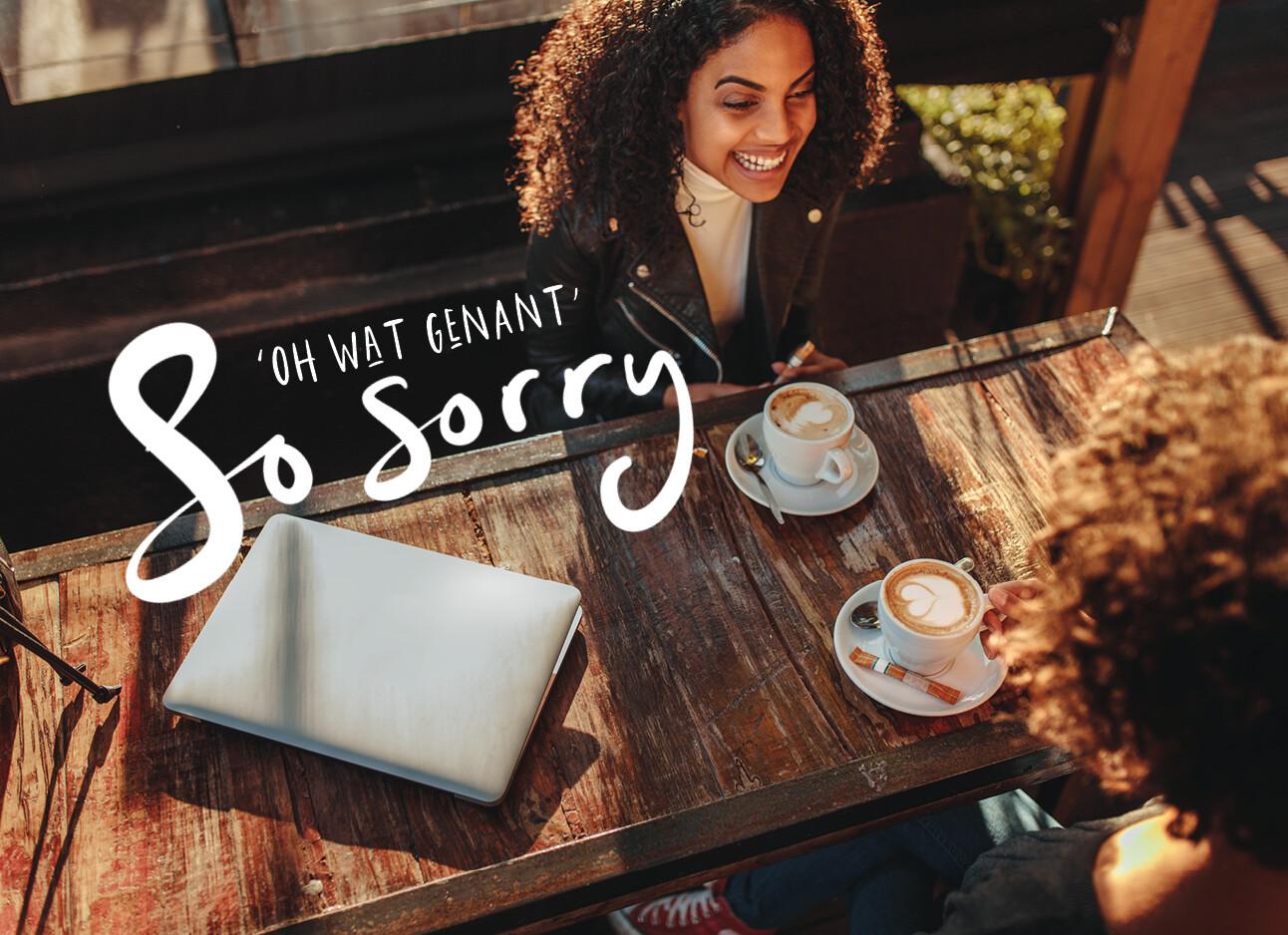 ongepast lachen vrouwen aan een tafel met koffie