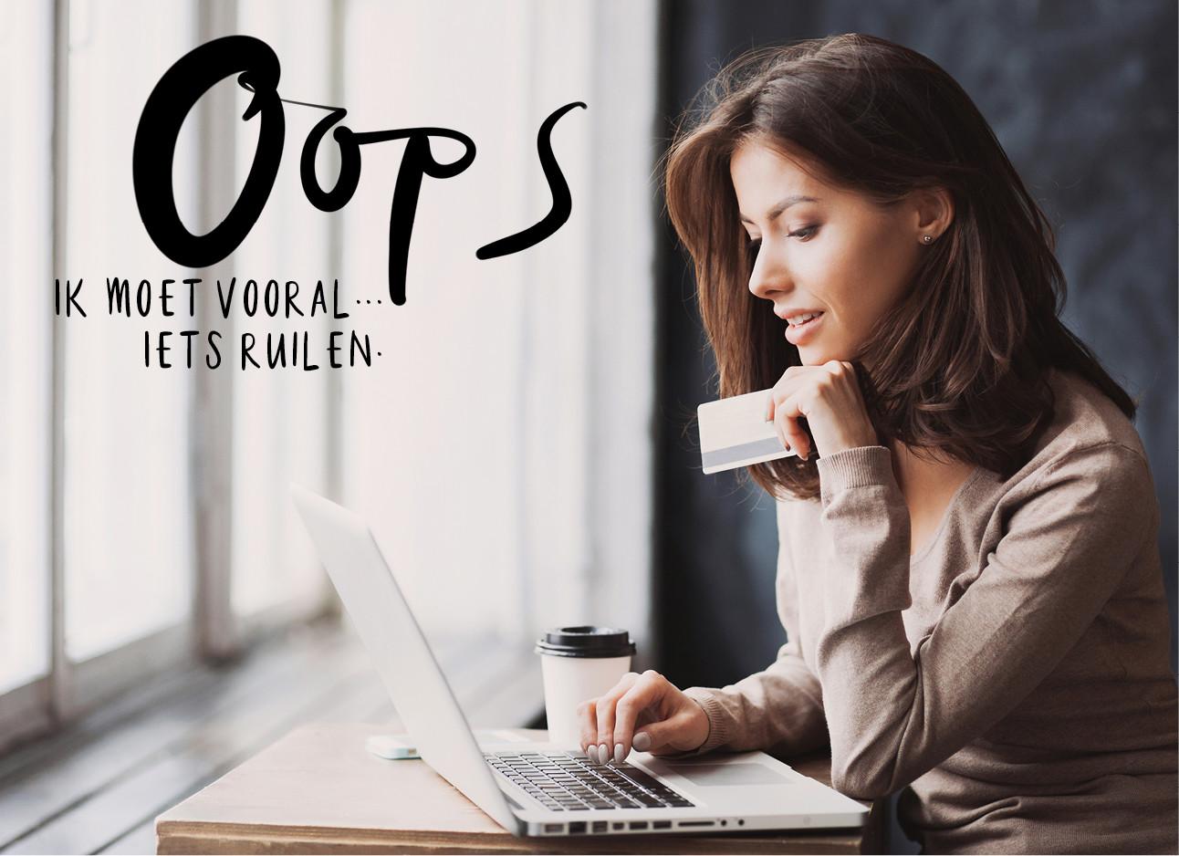 een meisje dat achter haar laptop zit met een pinpas in haar hand