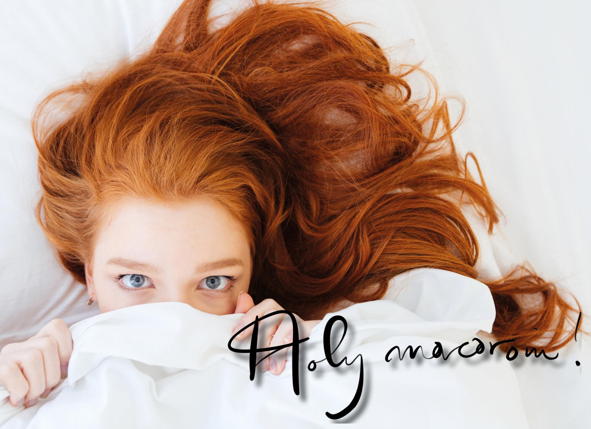 vrouw met rood haar schuilt in bed