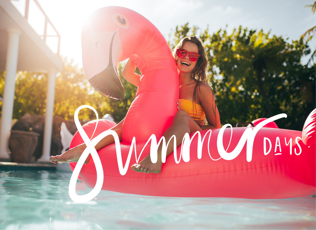 meisje op roze flamingo groot in zwembad