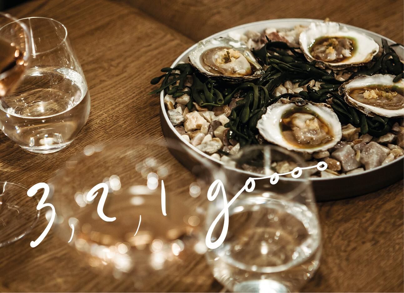oesters bord wijn glazen houten tafel