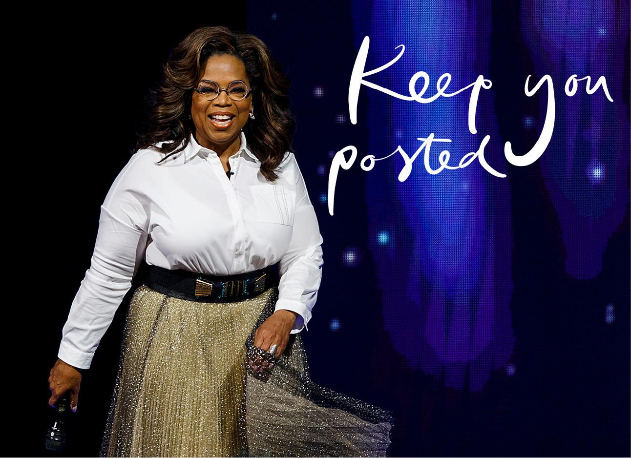 beeld van oprah winfrey die voor een donkerblauwe achtergrond