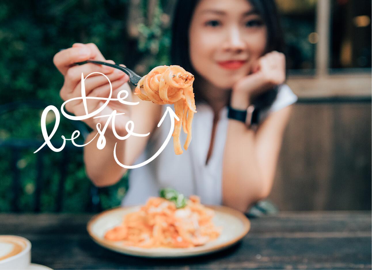 vrouw eet pasta