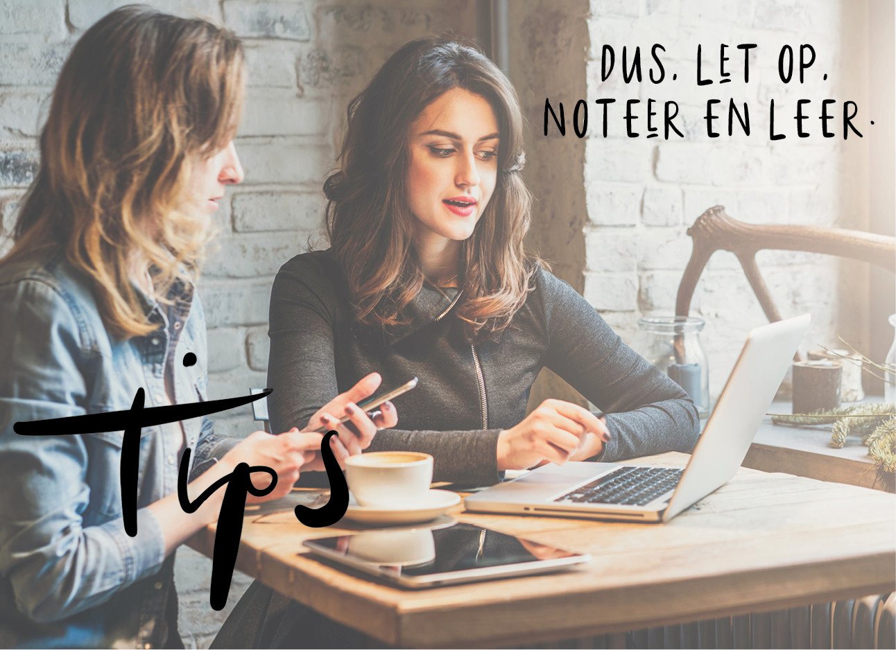 2 meiden die samen aan het werk zijn in een cafe