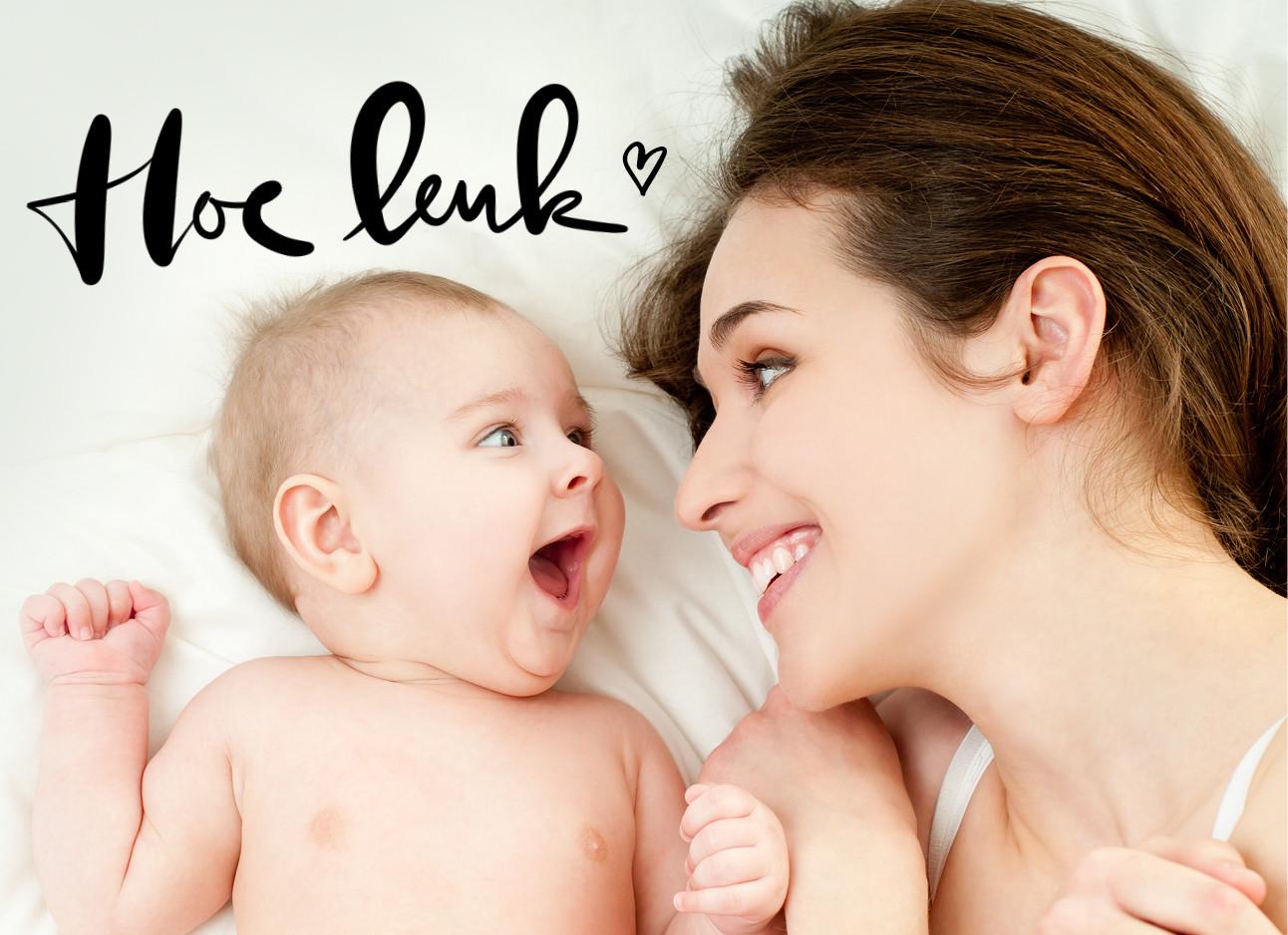 lachende baby ligt met moeder in bed, hoe leuk