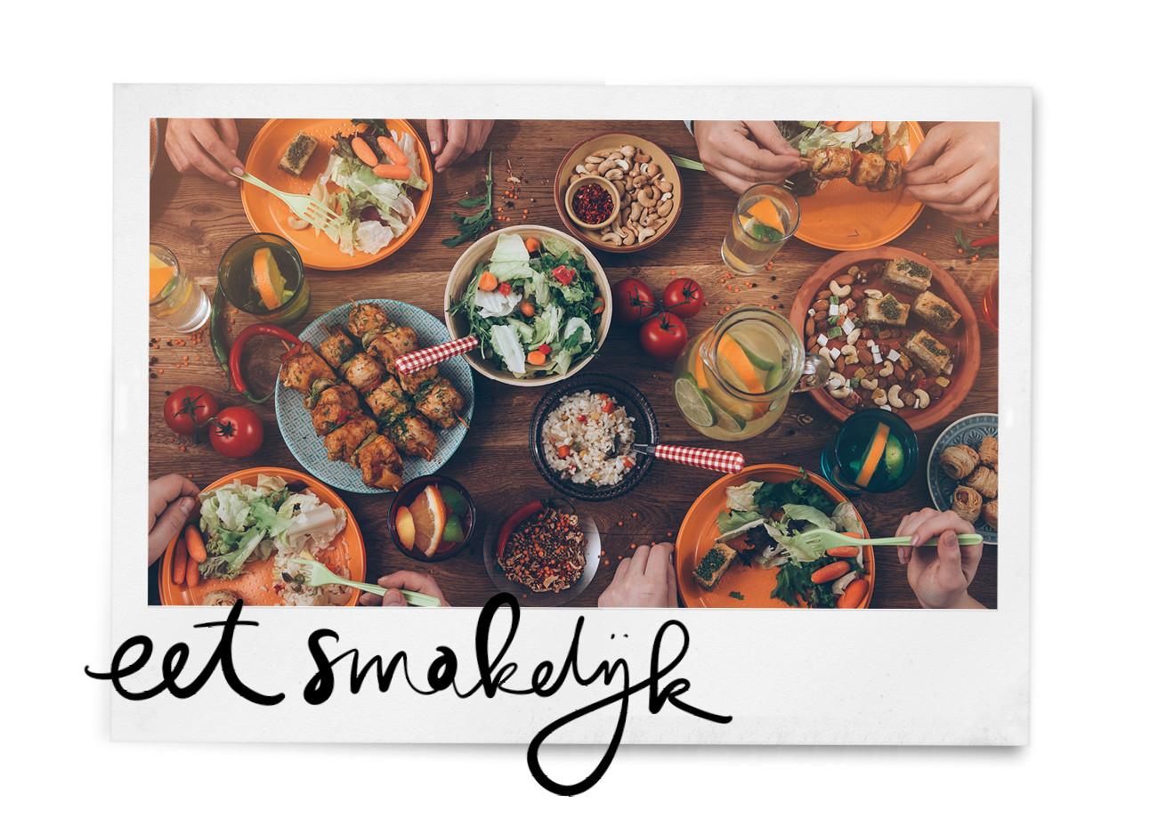tafel vol met eten, drinken, bordjes, bestek, lunch, gezellig