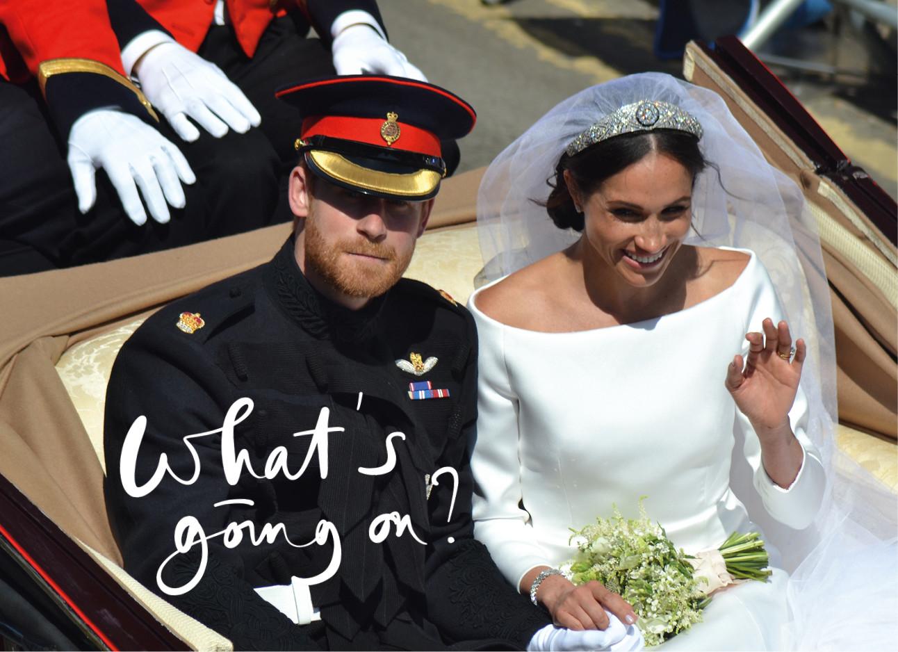 prins harry en meghan markle tijdens hun huwelijk in een koets witte bruidsjurk
