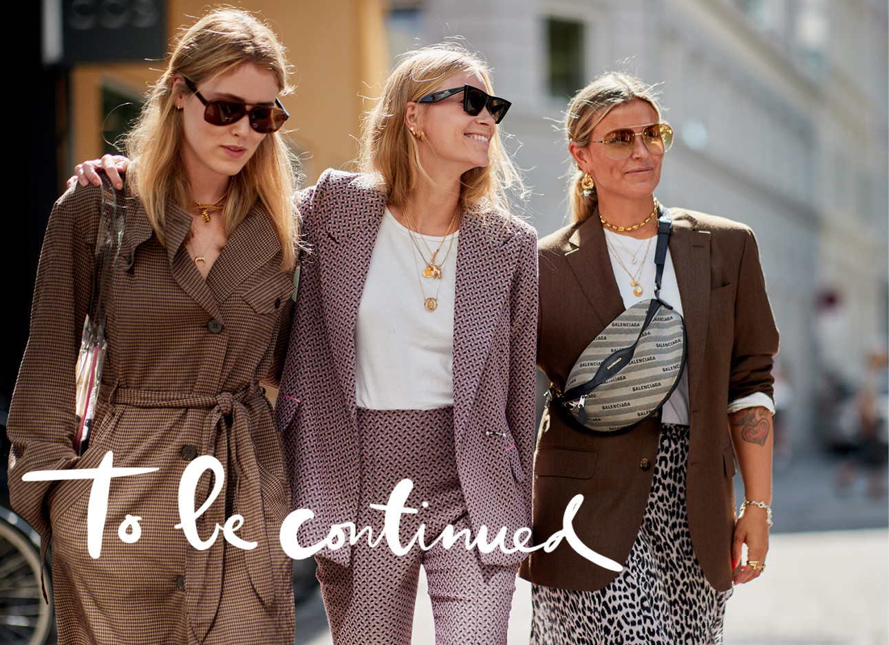 3 vrouwen met zonnebrillen lopen over straat, fashion week, streetstyle, lachen, to be continued
