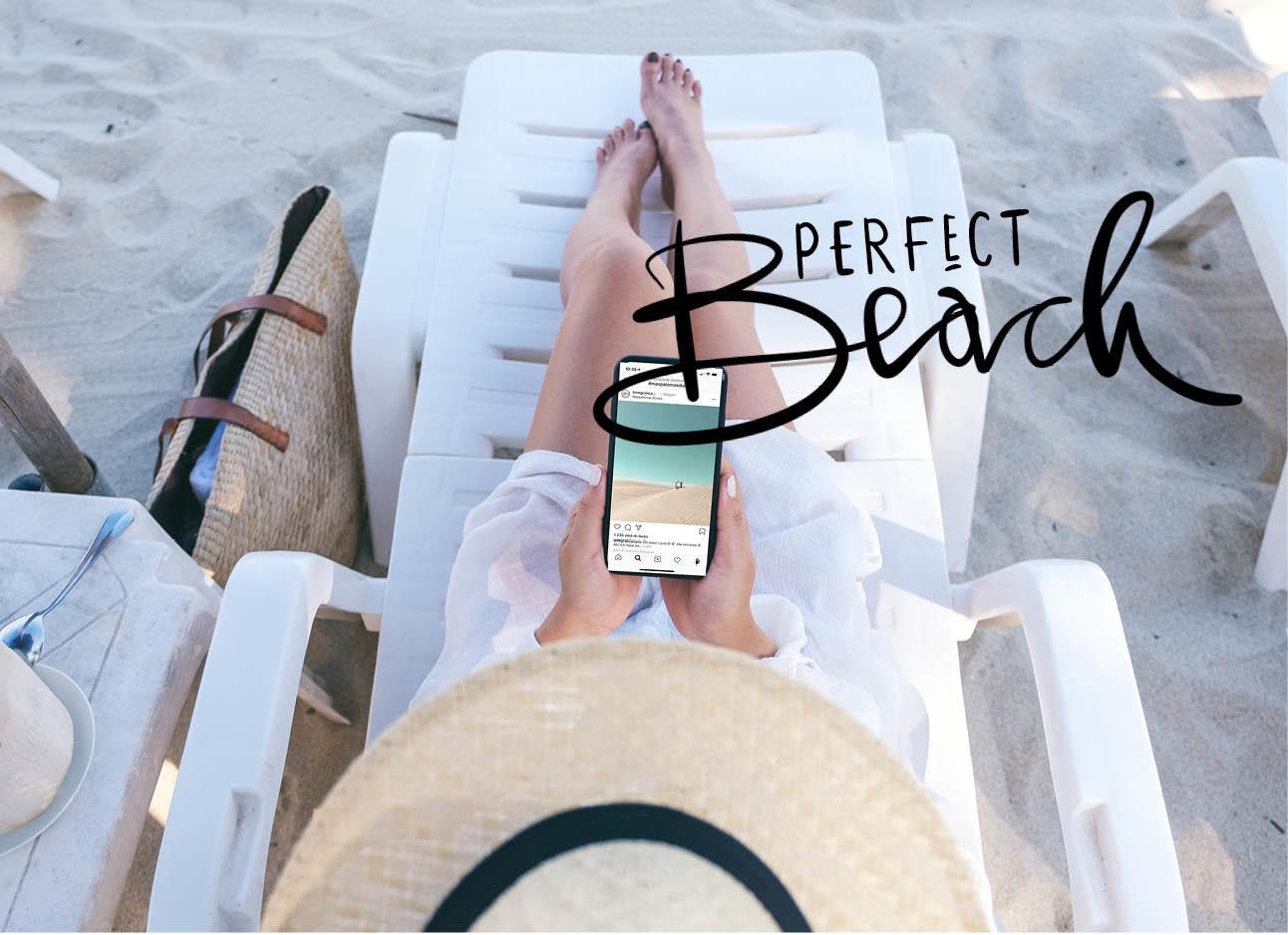 Vrouw op het strand met haar iphone in haar handen kijkend op Instagram stranden zomers