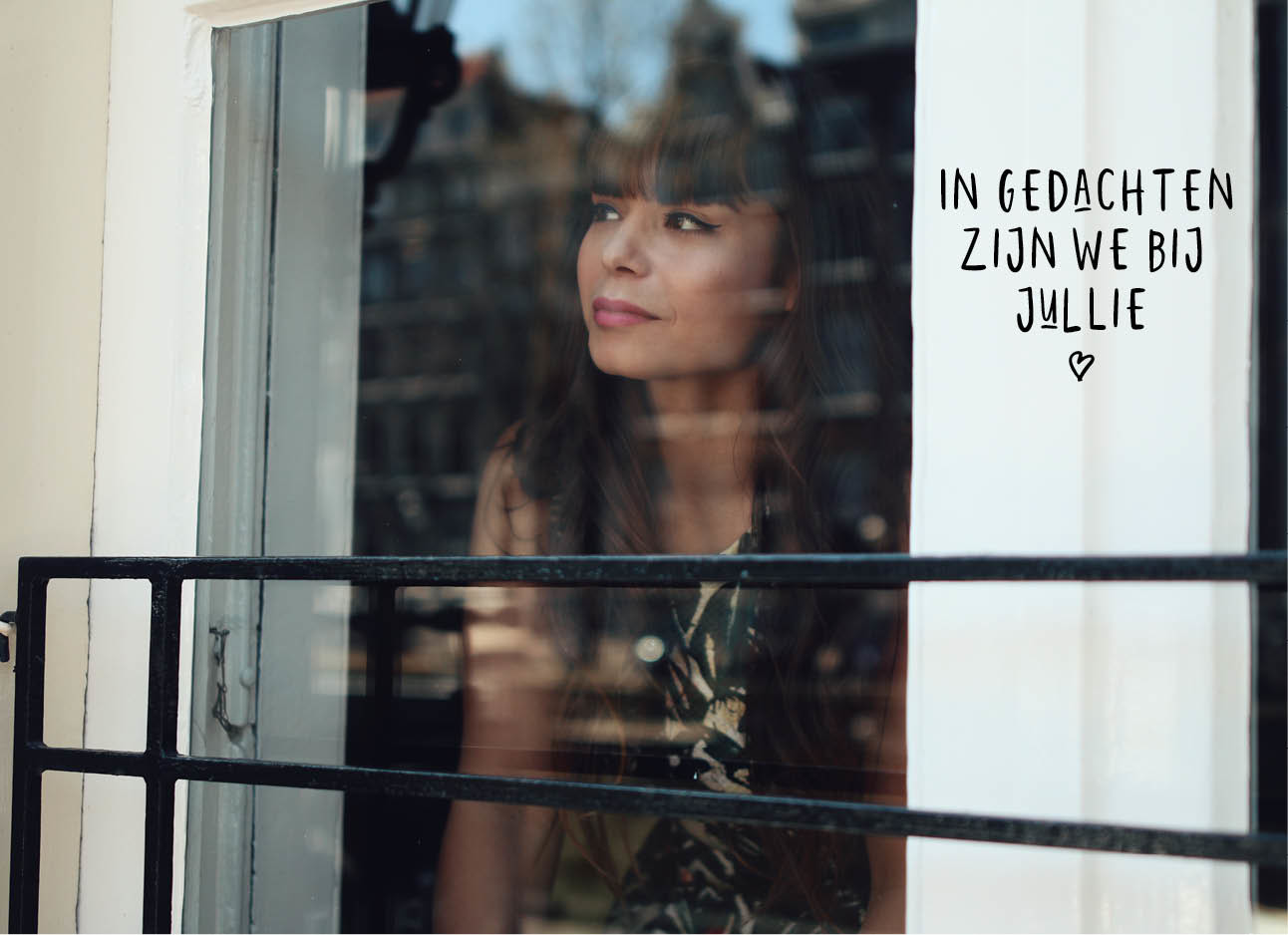 Kiki Duren kijkend uit het raam