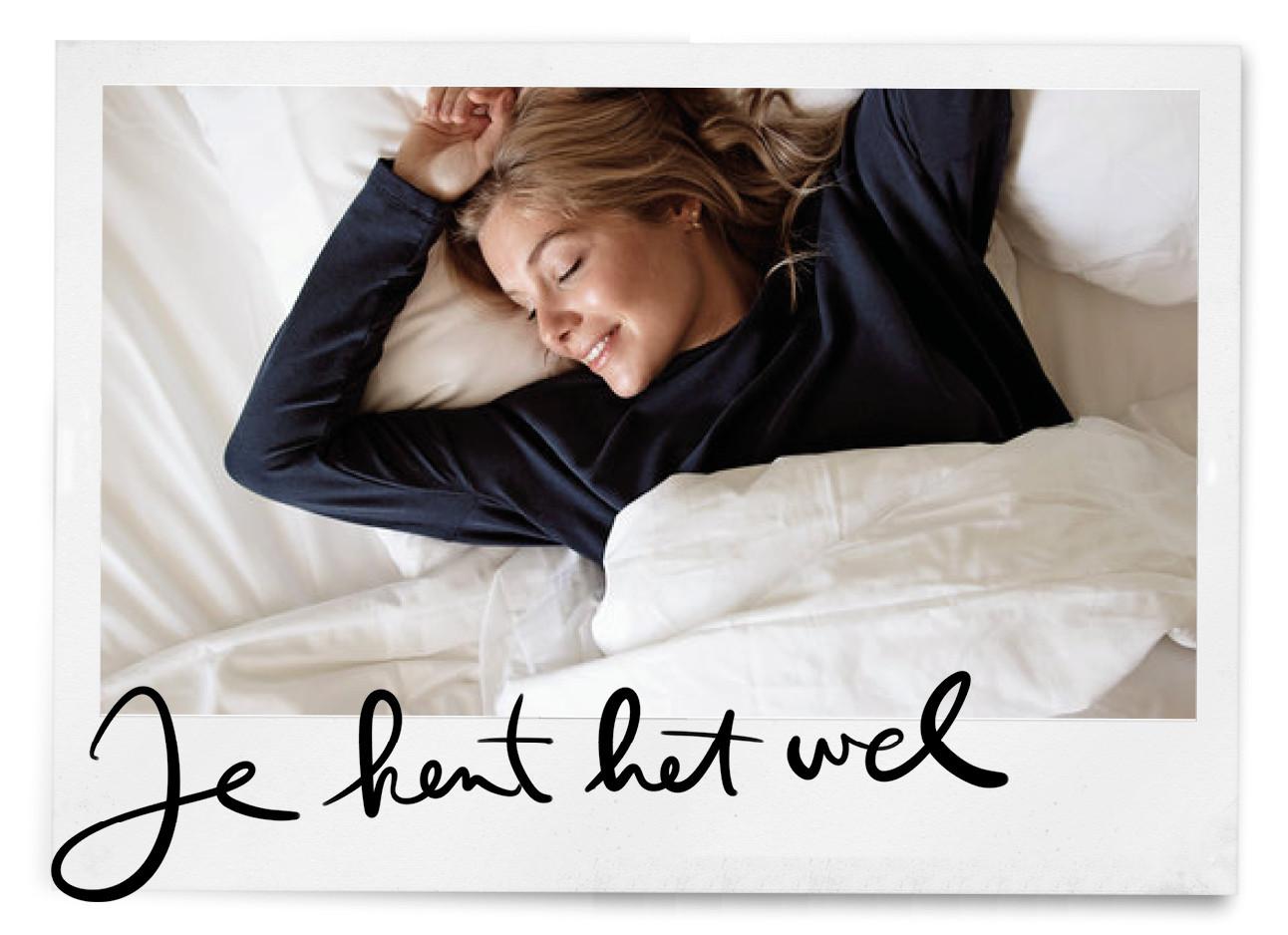 meisje in pyjama in bed