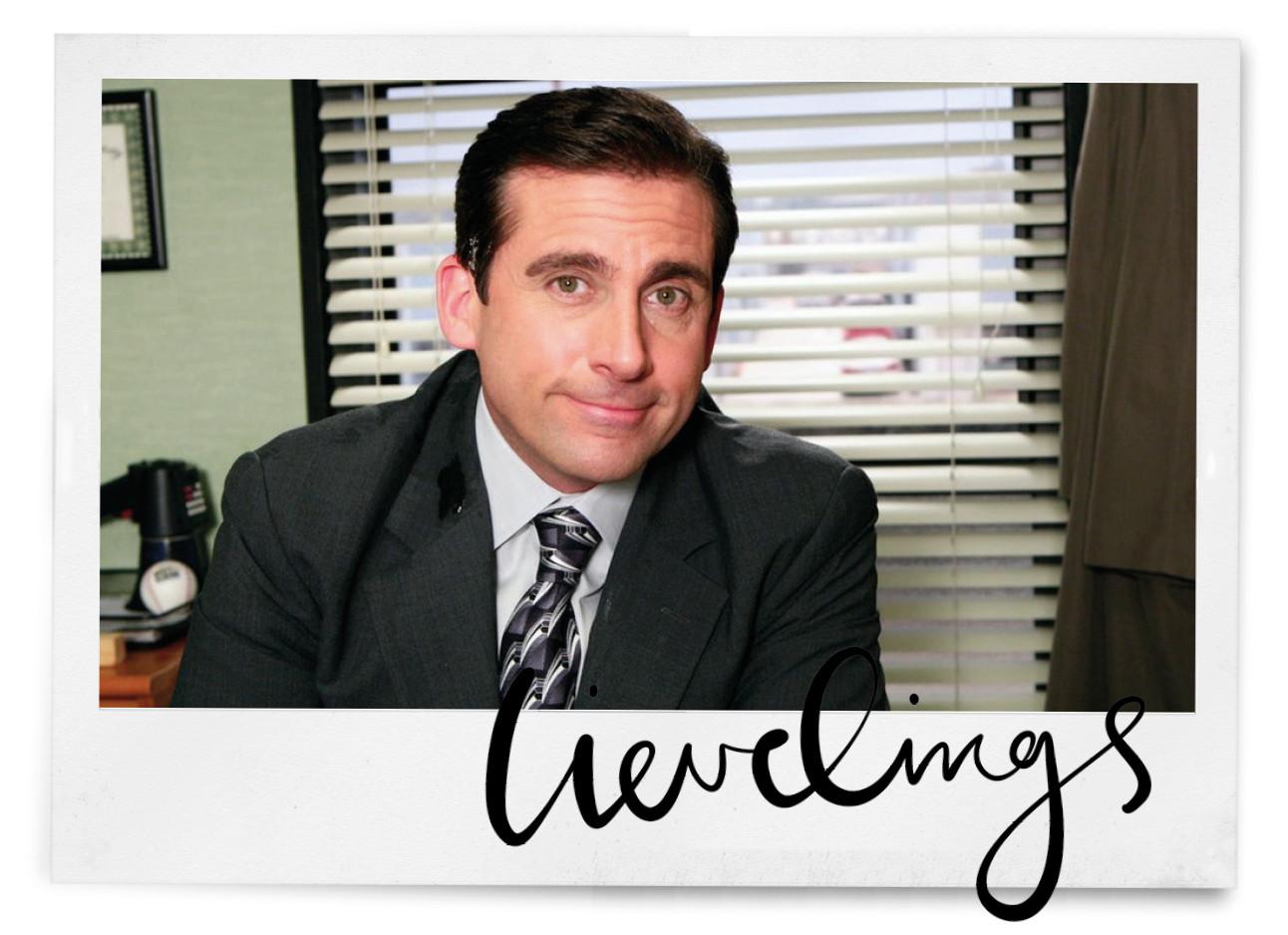 michael scott van the office met een pak aan en stropdas om op kantoor