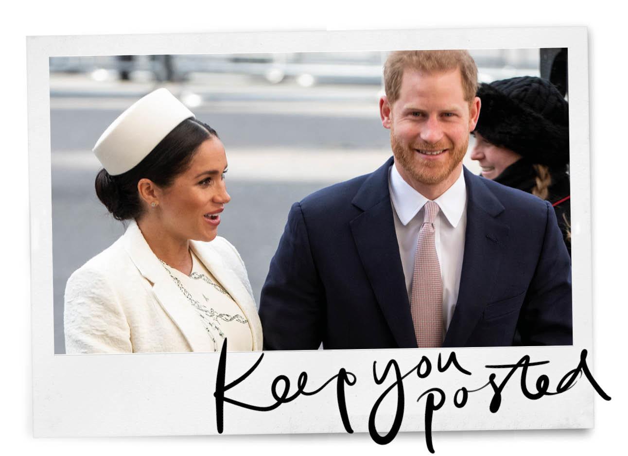 prins harry en meghan markle lopend over straat meghan met een wit hoedje op en harry in een donker blauw pak met een stropdas